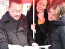 Regiebesprechung: Andreas Robertz (Regie), Martina (Bühnenbild) und Britta (Regieassistentin) unterm Sonnenschirm