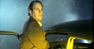 Der Mann bleibt mit einer Wagenpanne liegen. Die Scheinwerfer eines vorbeirasenden Autos blenden ihn.[