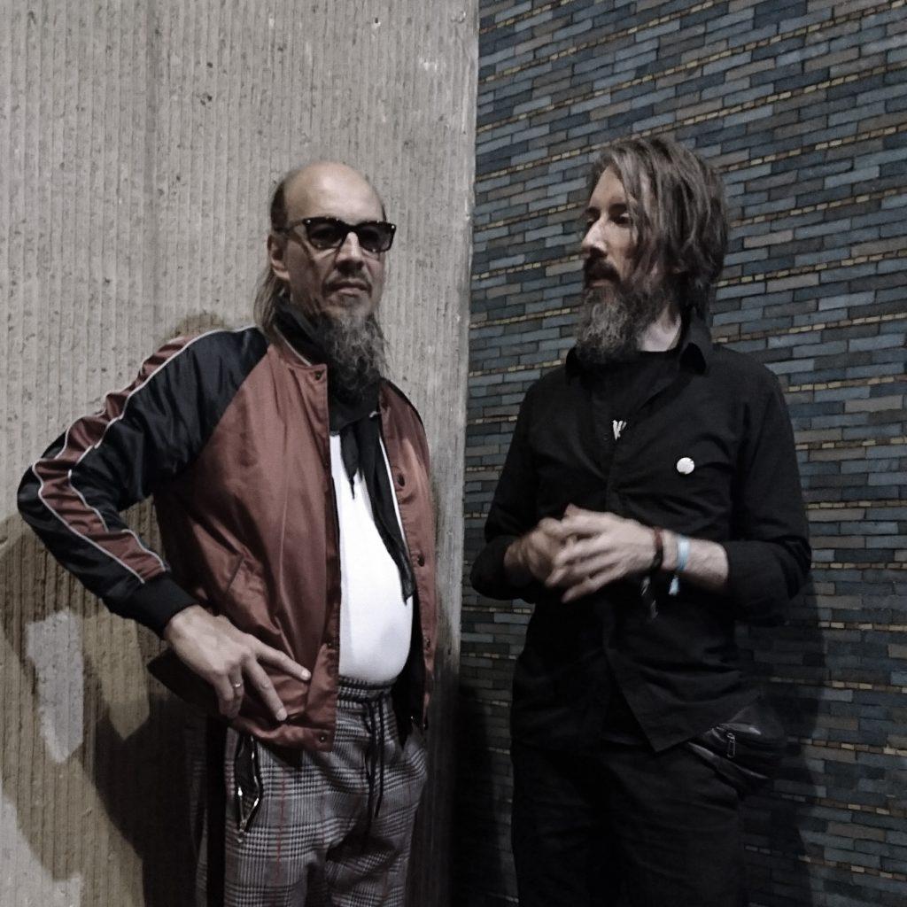 GRAT: Henning Pertiet und Kai Niggemann vor einer Wand aus zwei verschiedneen Texturen