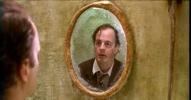 Der Mann betrachtet sein Gesicht im Spiegel. Was ist geschehen?